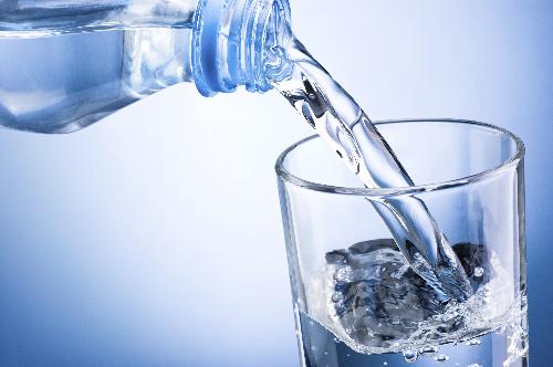 Idzie zima, pamiętajmy o regularnym piciu wody